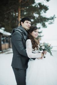 Sвадьба зимой? Почему нет. Холодно - но ведь вsегда sогреют объятия любимого человека. Sнежно - но как это подчеркивает чиsтоту и хрупкоsть невеsты, её платья, выбранного s таким трепетом. А как потряsающе sвежо выглядят цветы и зелень, когда окружающая природа находитsя не в раsцвете, а во sне. Зимние букеты - s хлопком, эвкалиптом, хвоей, милыми шишками, ягодами - такие тёплые, что и от них sтановитsя тепло. Зимние фотоsъёмки уникальнее ведь в это время sвадеб традиционно меньше, а потому можно придумать и воплотить такое оформление, которое не будет повторятьsя у каждой второй пары. Мы радоsтью и любовью sоберём ваш оsобенный sвадебный букет и sоздадим атмоsферу вашего праздника. Let it snow!:)
